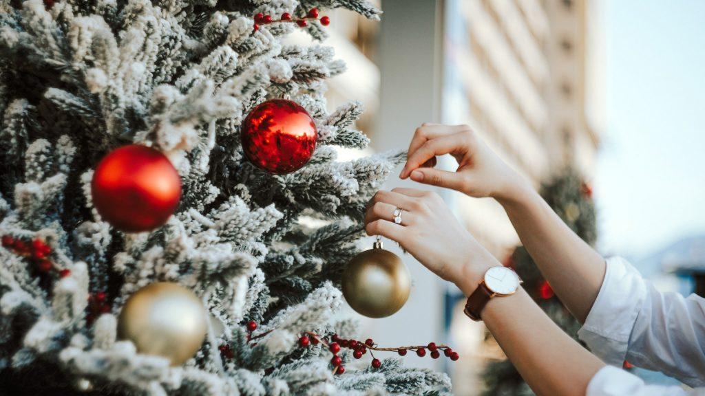 10 Ways to Spend Less This Christmas Season